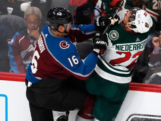 Nino Niederreiter kämpft an der Bande mit Nikita Sadorow.