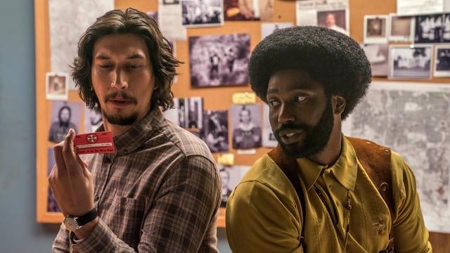 Flip (Adam Driver) bewundert den KKK-Mitgliederausweis seines Kollegen Ron (John David Washington).