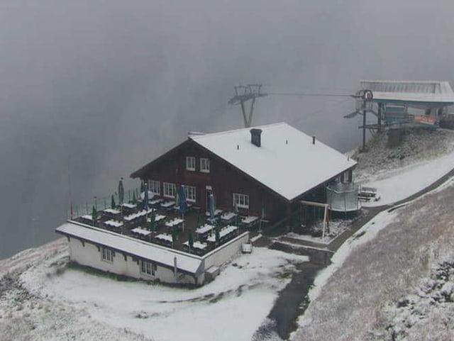 Berghütte mit Bergstation mit wenig Schnee