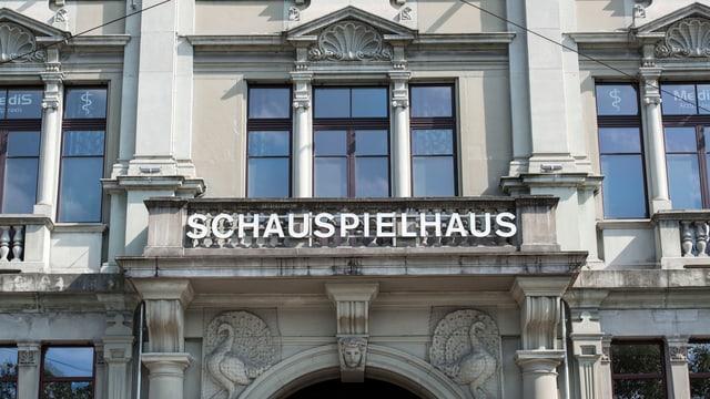 """Ausschnitt einer klassizistischen Häuserfassade mit Aufschrift """"Schauspielhaus"""""""