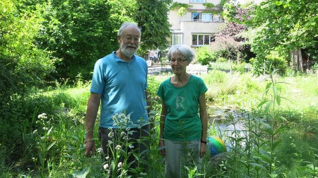 Das Paar in seinem Garten