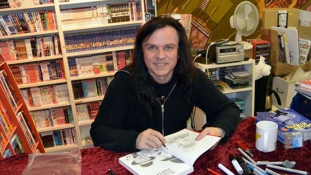 Comiczeichner David Boller am Comics signieren