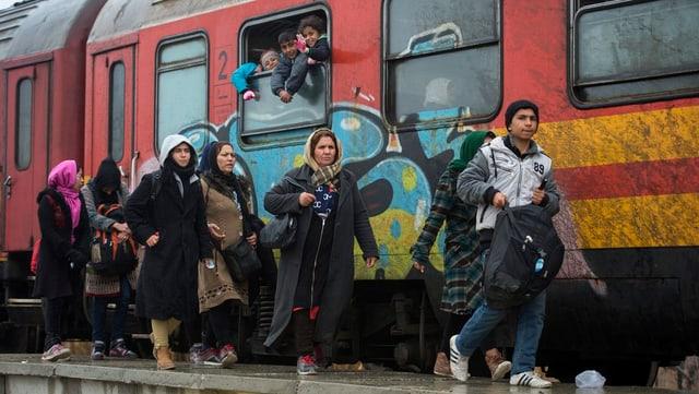 Fugitivs ch'èn sin via vers il cunfin da la Serbia, il 6 da schaner 2016.