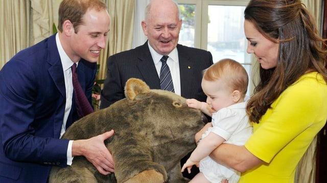 Prinz William überreicht seinem Sohn ein grosses Plüschtier.
