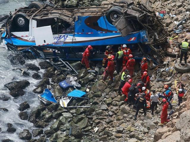 Rettungskräfte beim Bus.