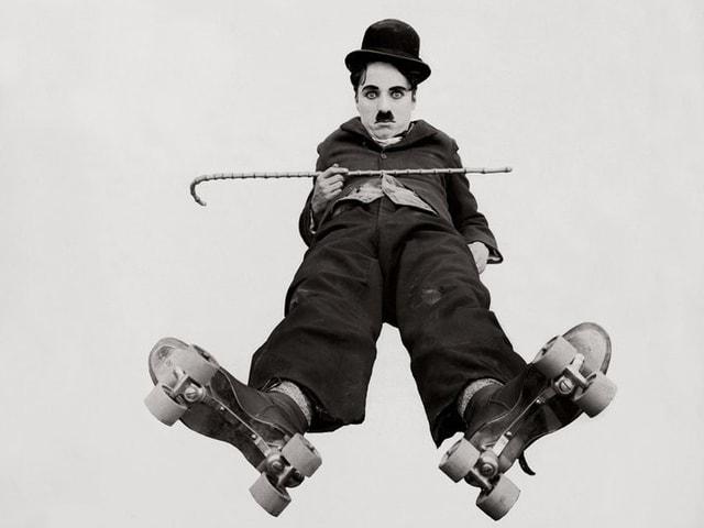 Charlie Chaplin in Rollschuhen