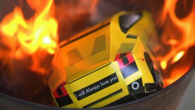 Lamborghini aus Papier, der verbrannt wird.