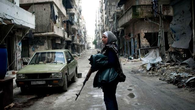 Eine Frau kämpft mit einem Gewehr gegen das syrische Regime.