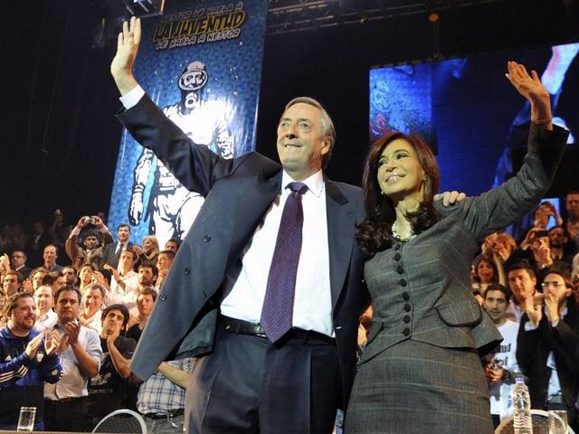 Nestor Kirchner und seine Frau Cristina bei einem Wahlkampfauftritt in die Menge winkend.