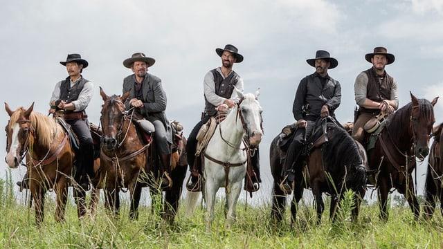 5 Männer auf Pferden.