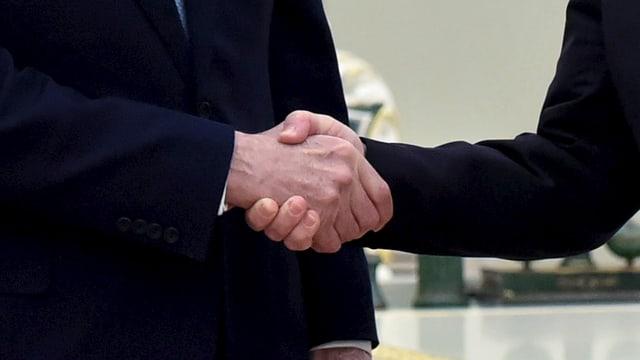 Zwei Personen reichen sich die Hand