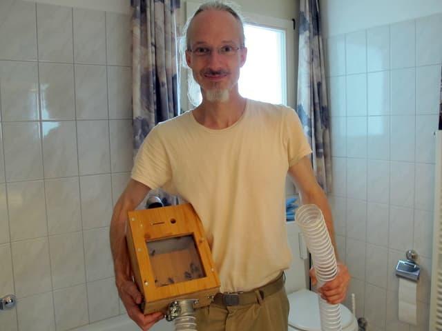 Andi Roost bei einer Umsiedlungsaktion. Die Hornissen saugt er in eine Transportbox.