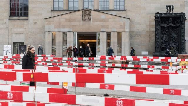 Der Eingang des Kunsthaus Zürich. Absperrungen versperren den direkten Zugang.