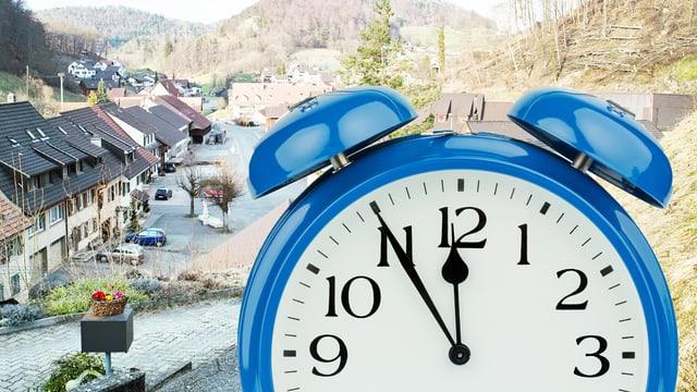 Ein Mann hält eine Uhr in die Kamera. Im Hintergrund ein Dorf
