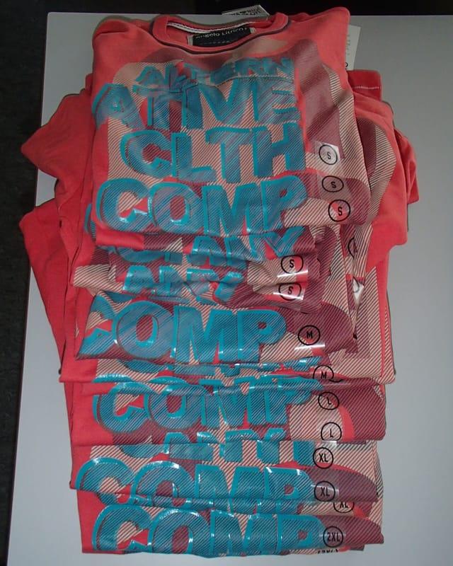 Ein ganzer Haufen von gleichen T-Shirts.