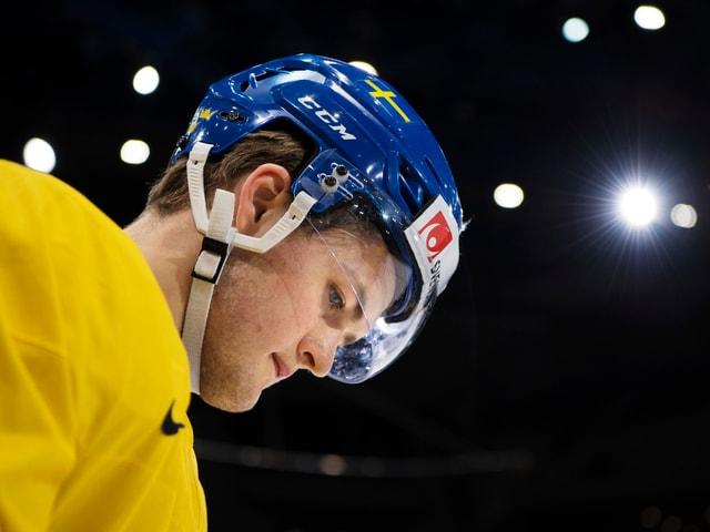 William Nylander im gelben Schweden-Trikot mit gesenktem Kopf.