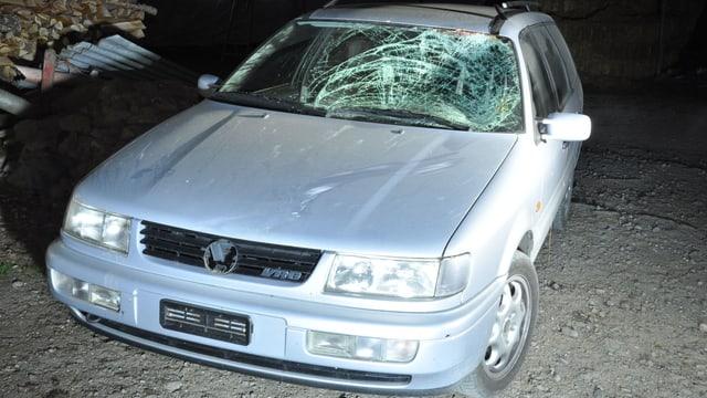 Ein silberner VW Passat Kombi. Die Frontscheibe ist zerschlagen, die Motorhaube verbeult.