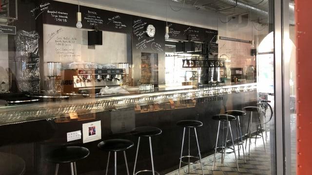 Kaffee-Bar mit Tresen und davor Barstühlen