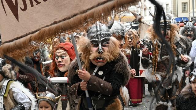 Eine Gruppe von als Wikinger verkleideten Fasnächtlern.