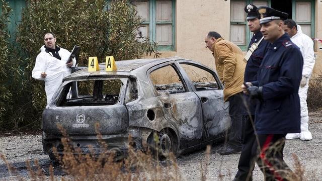 Ein verbranntes Auto im Februar 2014 in Kalabrien.