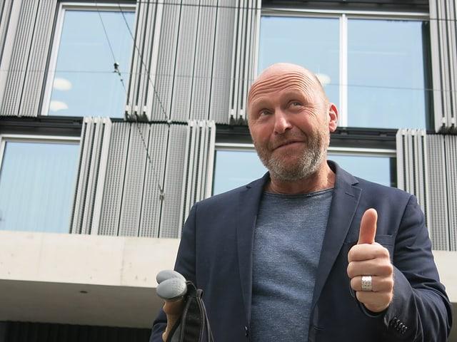 Bruno Zihlmann steht vor dem Meret Oppenheim Bau.