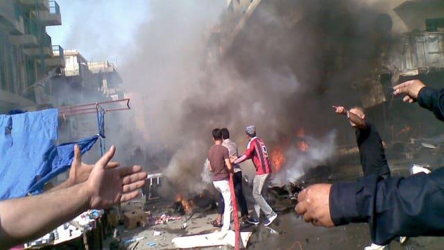 Brennenden Autos nach einem Bombenanschlag in Bagdad.