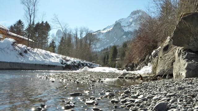 Fast ausgetrockneter Flusslauf der Kander mit spärlichen Schneeresten.