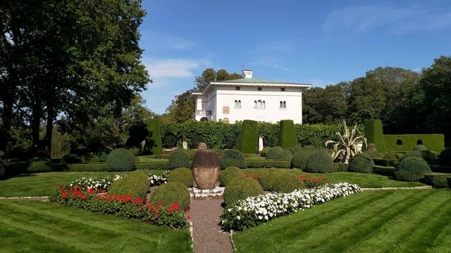 Ein grüner Park und ein grosses weisses Haus