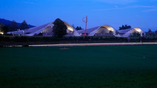 Die drei Wellen des Zentrum Paul Klee in der Abenddämmerung.