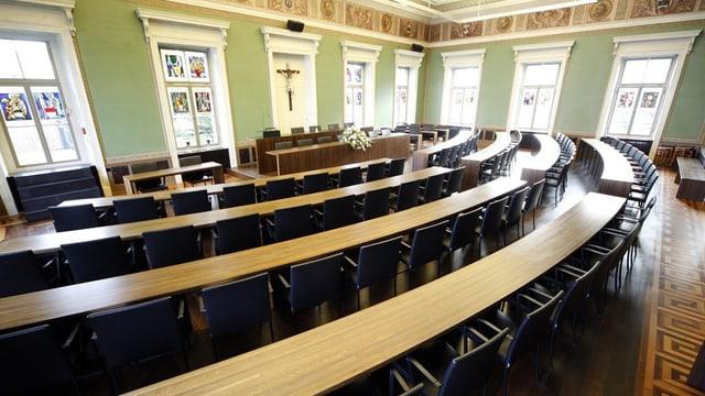 Saal mit Sesseln im Zuger Kantonsparlament.