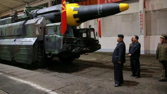 Kim besichtigt eine Rakete.