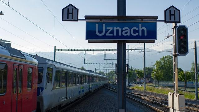 Ein Ortsschild am Bahnhof Uznach