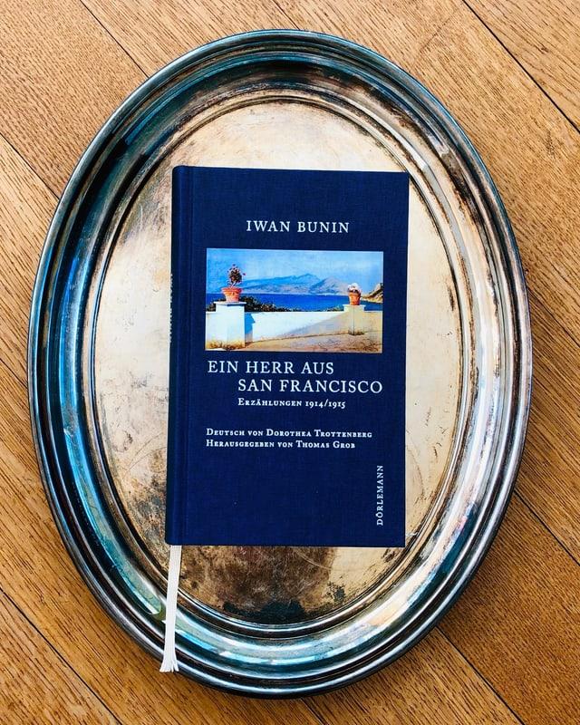 Der Erzählband «Ein Herr aus San Francisco» von Iwan Bunin liegt auf einem Silbertablett