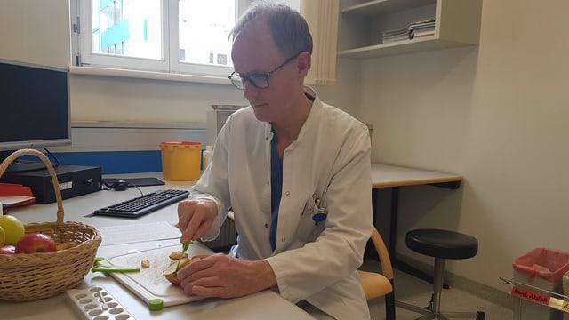 ein Arzt schneidet Äpfel
