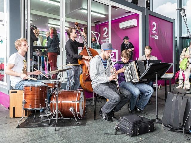 Die Strassenmusikanten von Gläuffig vor dem SRF 2 Kultur Pavillon.