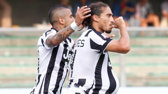 Juventus Martin Caceres feiert seinen Treffer mit dem Ball unter seinem Shirt.