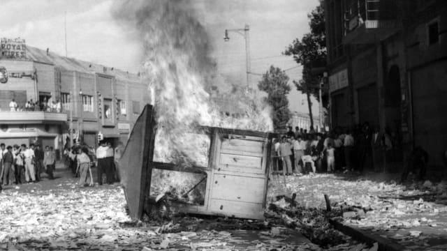 Ein Kioskhäuschen brennt mitten auf einer Strasse.