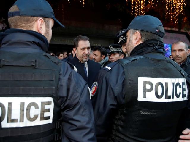 Innenminister Christophe Castaner spricht mit Polizisten auf Patrouille in Paris.