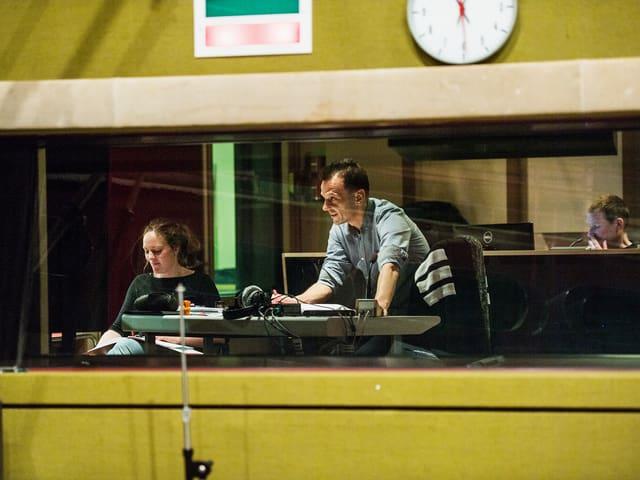 Halten die Schauspieler vom Regieraum aus über Lautsprecher im Zaum: Regie-Hospitantin Susanne Janson, Regisseur Mark Ginzler und im Hintergrund Hörspieltechniker Tom Willen.