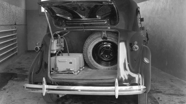 Technische Geräte im Kofferraum eines alten Autos.