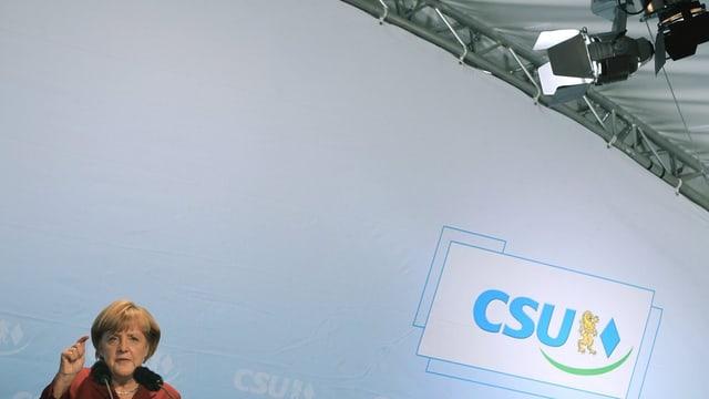 Angela Merkel an einem Rednerpult.