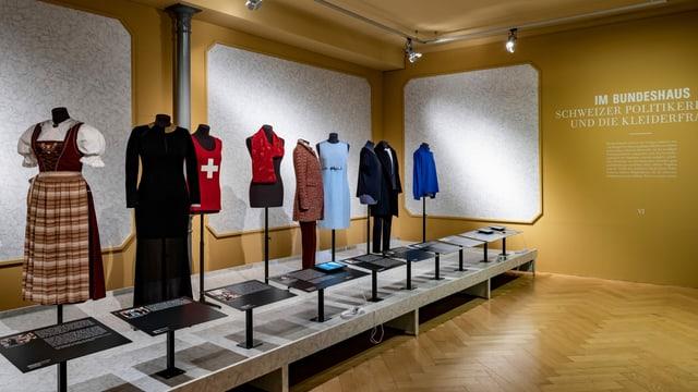 Kleider und Accessoires von Schweizer Politikerinnen.