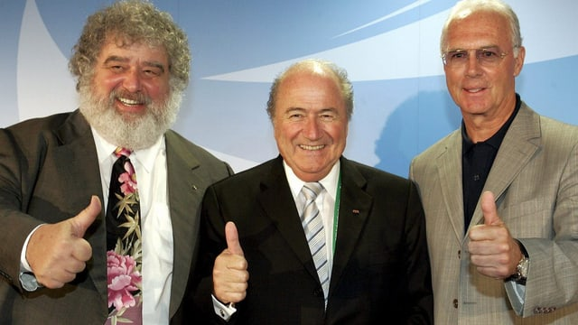 Chuck Fraze, Sepp Blatter und Franz Beckenbauer halten die Daumen hoch.