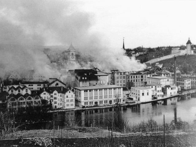 Das brennende Schaffhausen nach der Bombardierung.