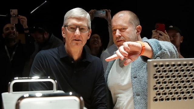 Zwei Männer vor Computer-Geräten