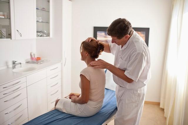 Hausarzt untersucht Patientin