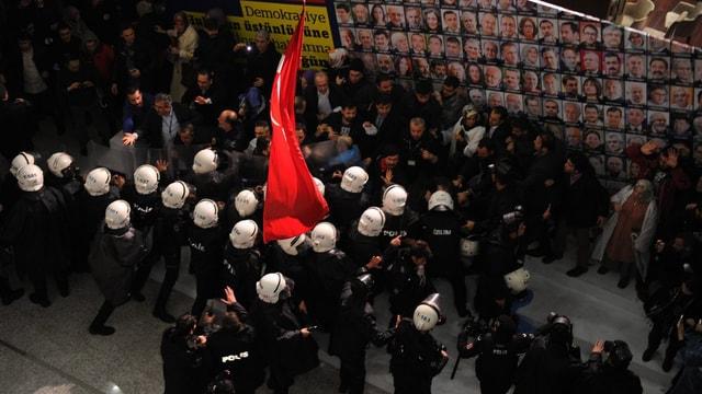 Polizeieinsatz gegen protestierende Mitarbeiter der Zeitung «Zaman»