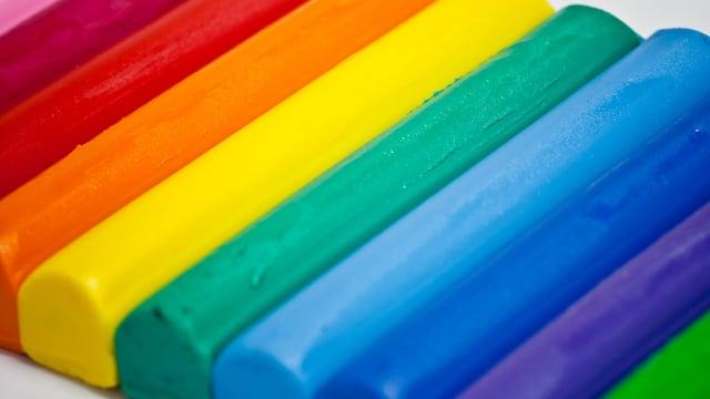 Knetstangen in Regenbogenfarben.