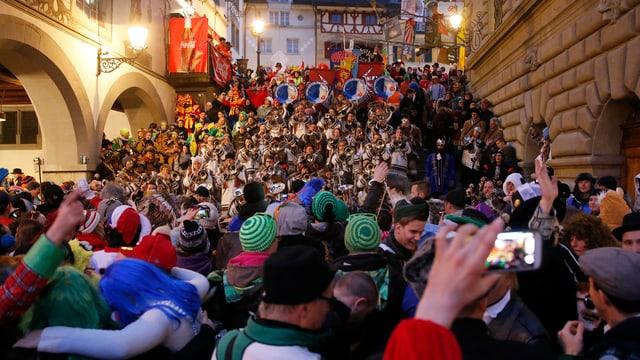 Eine grosse Menge von Zuschauern steht bei der Luzerner Rathaustreppe.