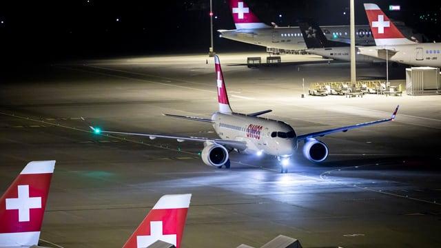 Ein Flugzeug der Swiss nachts auf der Piste des Flughafens Zürich
